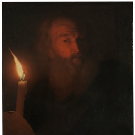 Anciano leyendo a la luz de una vela