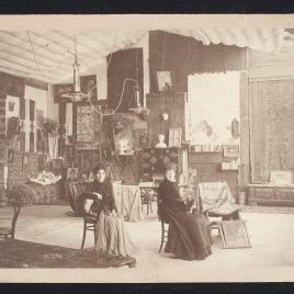 Interior del palacio Martinengo de Venecia, con Cecilia de Madrazo y su hija María Luisa Fortuny