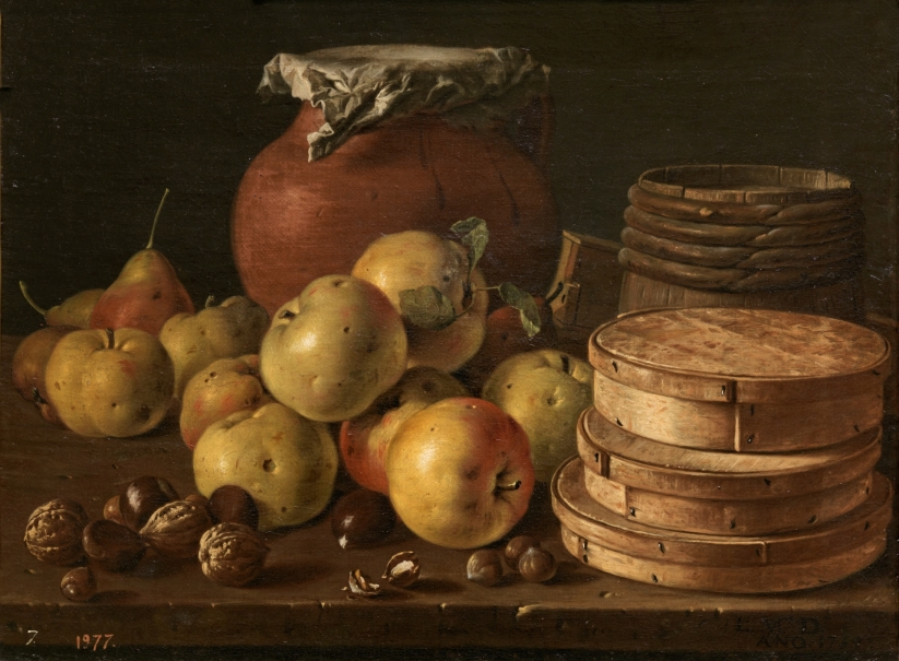 Bodegón con manzanas, nueces, cajas de dulces y otros recipientes