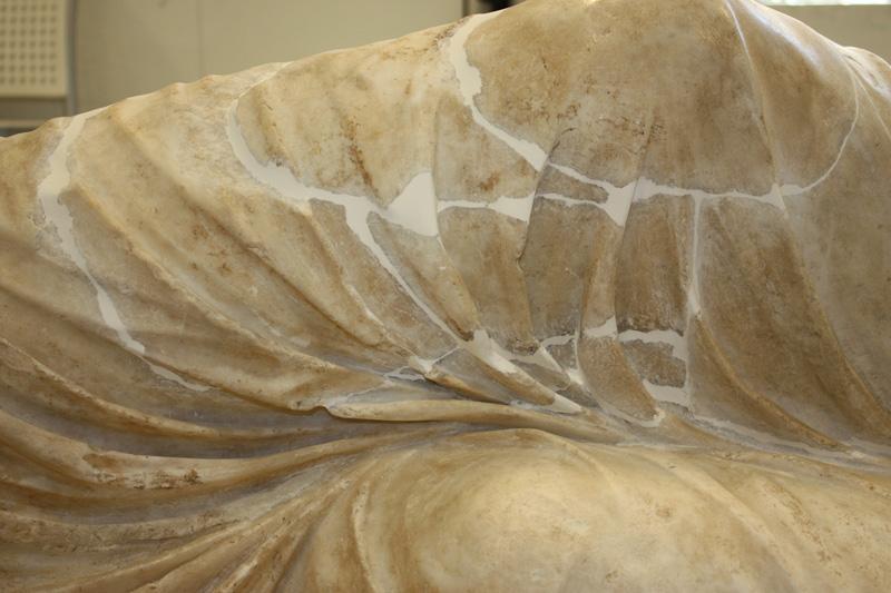 <p>Detalle, rodilla de Ariadna durante el proceso de restauración</p>