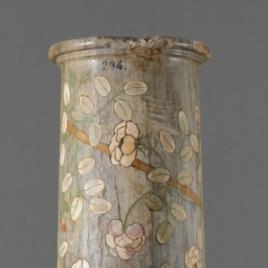 Columna de mármol bigio con decoración floral